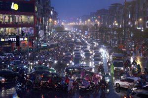 Hà Nội mưa rét, giao thông ùn tắc ngẹt thở